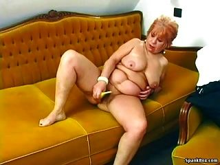abuelita se masturba con un plátano