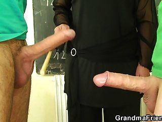 viejo maestro de abuelita y chicos adolescentes