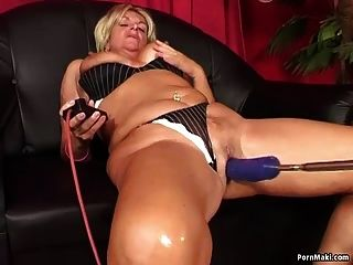 abuela disfruta de la máquina de pajas anal
