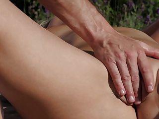 relaxxxed masaje erótico al aire libre y follar con chiquita bebé
