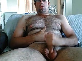 papi peludo nerd masturbándose