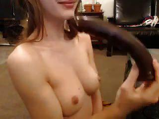 adorable chica apretada juega con un consolador grande