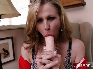 milf caliente julia ann se masturba con un gran consolador!