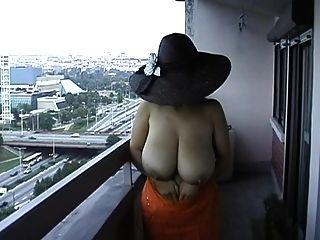 esposa tetona se desnuda desnuda en público