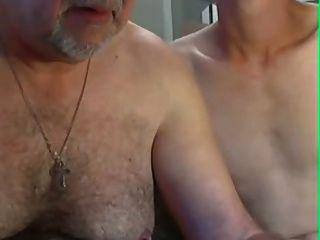 abuelo y jóvenes juegan en cam