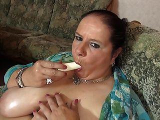 madura mamá grande con grandes tetas jugosas y coño hambriento