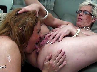 tres viejas y jóvenes lesbianas meadas el uno al otro