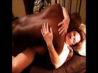 ella quiere ese nuez negra profundamente adentro