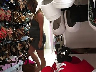 19 años de edad, embarazada Nicole, comprando zapatos