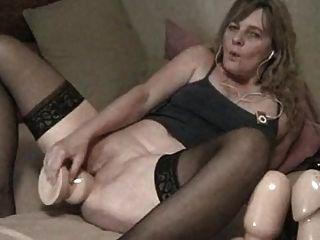 anciana usa grandes juguetes en el culo