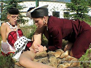 lesbianas completamente vestidas sexo al aire libre