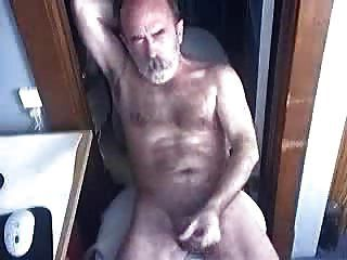 peludo oso papi masturbándose