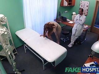 Fakehospital petite adolescente rusa caliente se lame el coño