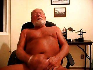 papi oso masturbándose