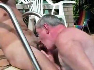 hombres mayores jugando con hombres más jóvenes