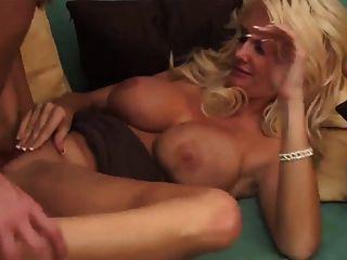 MILF rubia sexy en tacones lleva un facial