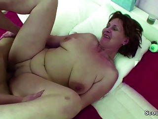 mamá capturó a step son hijo y lo ayuda con la mierda hardcore