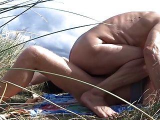 anciano se folla a su amigo en las dunas