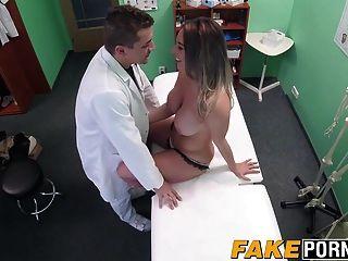 Victoria rubia caliente hace un trato sexual con su médico