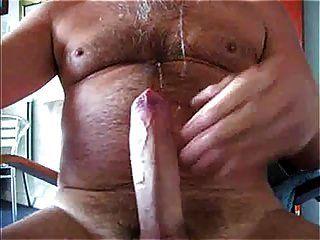 papi peludo masturbándose