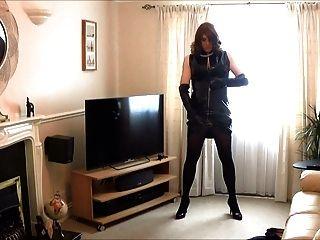 Alison juega en su nuevo vestido y guantes de pvc