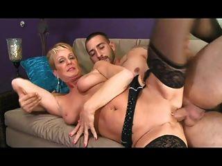 mujer madura en medias follada por un joven amigo