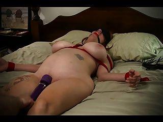 esclava atada a la cama y golpeada al orgasmo