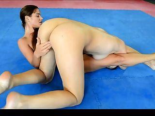 pelea sensual entre dos lesbianas
