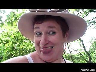 abuela bbw divirtiéndose en el bosque