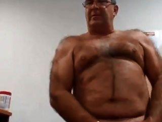 hot daddy disparando su crema dorada