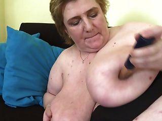 mamá madura con tetas muy grandes y coño peludo