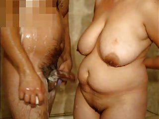 mujer madura con tetas grandes y yo en la ducha