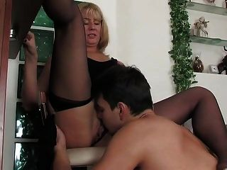rubia caliente seduce a un chico