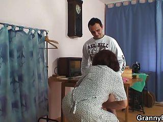 vieja perra es golpeada por dos jóvenes tíos