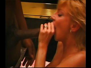 Mujer rica ordeña a todos los bbc con su boca.