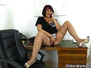 milf inglés christina x se masturba en su escritorio