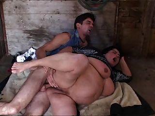 atrapado masturbándose en el establo (con anal)