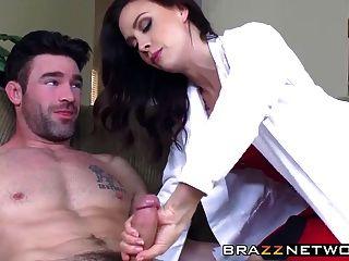 lindo doctor cuida a su paciente