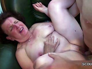 La abuela seduce a un chico joven a la virgen perdida y se la folla