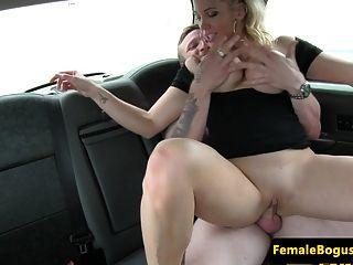 conductor de taxi inglés tetona monta la polla del asiento trasero