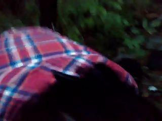 madre madura rusa chupar en el bosque