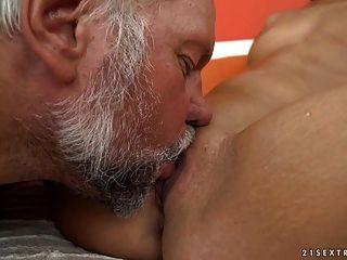 el abuelo folla el coño adolescente de la campana de vivos