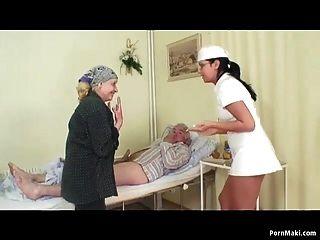 Abuelita observa abuelo folla enfermera en hospital