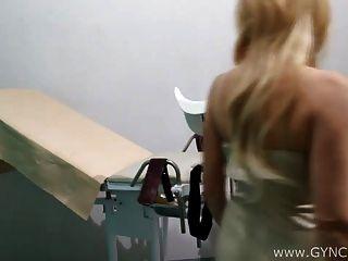 Exame squirt rubia en silla ginecológica