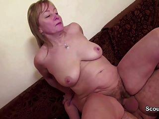 él seduce a mamá con el coño peludo a la mierda y cubierto con semen