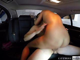 sexy rubia se cubre de semen por conductor