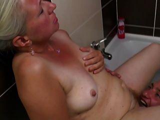 vieja mamá toma polla joven en el baño