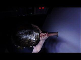 esposa golpea a un tipo a través del agujero de la gloria mientras que el marido mira