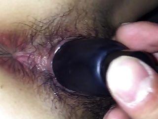 chica peluda japonesa con un juguete en su coño