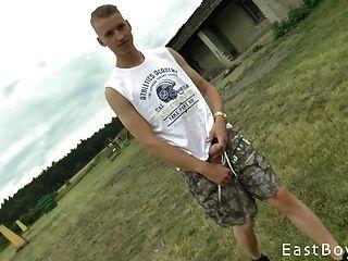 checo con enorme polla obtiene paja al aire libre